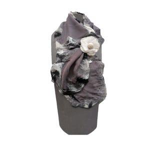 pañuelo cruzado gris