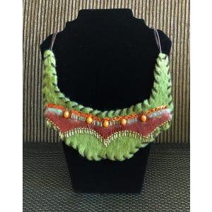 Collar en fieltro verde con terracota bordado y con cordón de gamuza