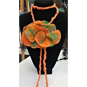 Collar flor largo en fieltro naranja con verde bordado