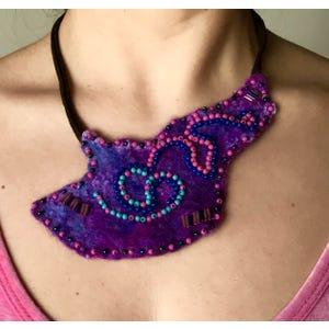 Collar en fieltro lila con mostacillas irregular cordón gamuza café