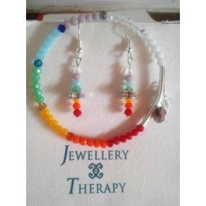 Conjunto de pulsera y aros con cristales multicolores